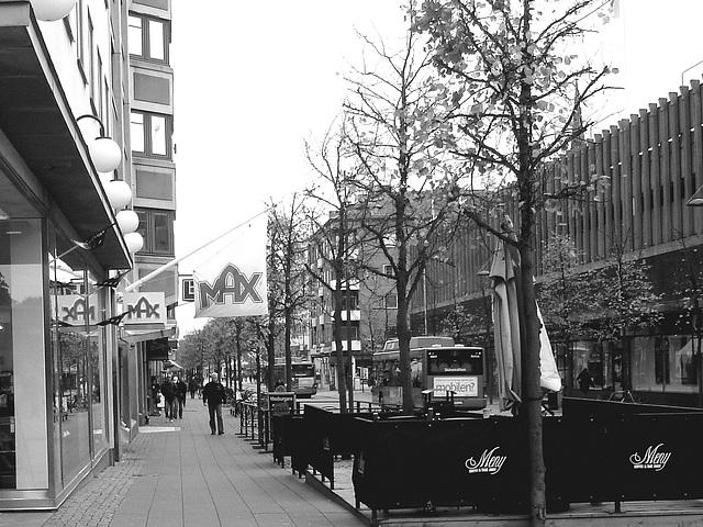 Max tramway scenery  /   Max et le tramway -  Helsingborg - Suède / Sweden.  22 octobre 2008 -  N & B