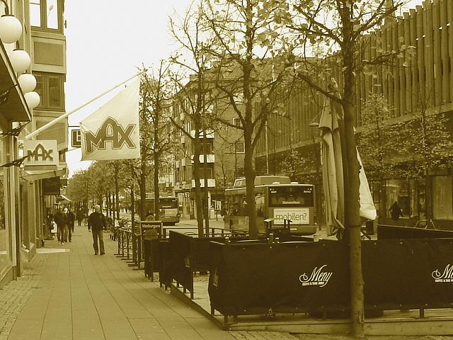 Max tramway scenery  /   Max et le tramway -  Helsingborg - Suède / Sweden.  22 octobre 2008 - Sepia