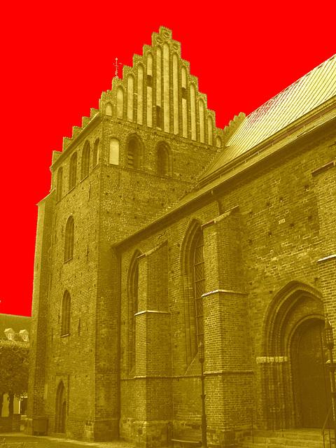 Église de Helsingborg, Suède . 22 octobre 2008 - Sépiatisée avec ciel rouge