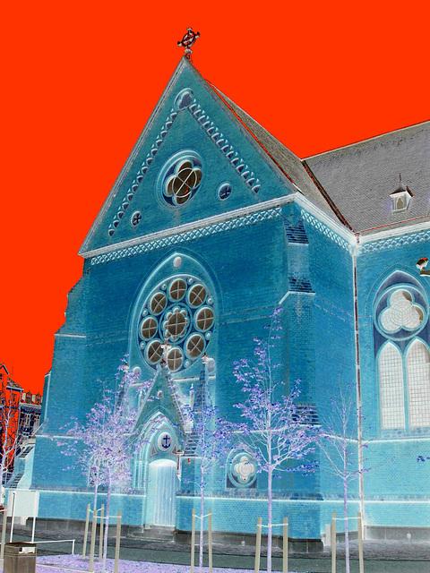 Église de Helsingborg, Suède . 22 octobre 2008-  Effet négatif et ciel rouge