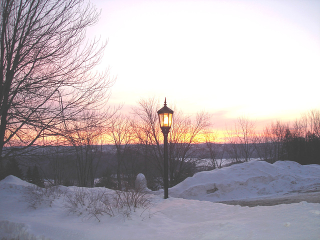 Soleil levant sur l'abbaye de St-Benoit-du-lac - Québec. Canada - 7 février 2009  /  Légèrement éclaircie