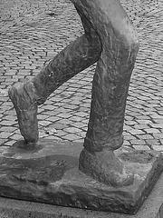 Sculpture d'un joueur de tennis / Tennisman sculpture.  Båstad - JEU DE PIEDS en noir et blanc.