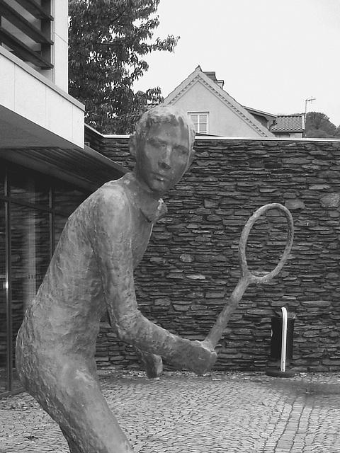 Sculpture d'un joueur de tennis / Tennisman sculpture.  Båstad / Suède - Sweden.  21-10-2008- N & B