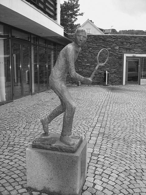 Sculpture d'un joueur de tennis / Tennisman sculpture.  Båstad / Suède - Sweden.  21-10-2008 -  N & B