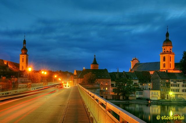 Die Kitzinger Kirchen der Innenstadt bei Nacht