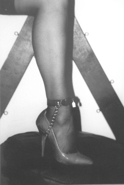 Elsa's friend  - Suggestive pose in high heels / Pose suggestive en talons hauts -  Avec / with permission  - B & W