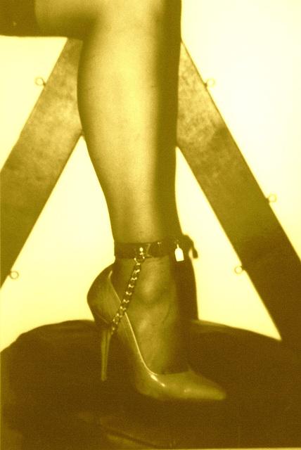 Elsa's friend  - Suggestive pose in high heels / Pose suggestive en talons hauts -  Avec / with permission -  Sepia