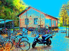 Aire de stationnement pour vélos et scooters /  Train station: Bikes and scooters parking  - Båstad,  Sweden / Suède.  - 20-10-08  - Couleurs ravivées + ciel bleu ajouté et postérisation