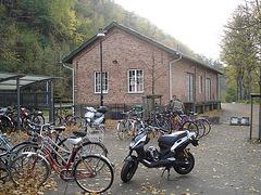 Aire de stationnement pour vélos et scooters /  Train station: Bikes and scooters parking  - Båstad,  Sweden / Suède.  - 20-10-08