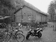 Aire de stationnement pour vélos et scooters /  Train station: Bikes and scooters parking  - Båstad,  Sweden / Suède.  - 20-10-08  - N & B