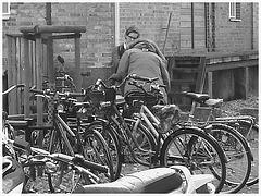 Aire de stationnement pour vélos et scooters /  Train station: Bikes and scooters parking  - Båstad,  Sweden / Suède.  - 20-10-08  - N & B..