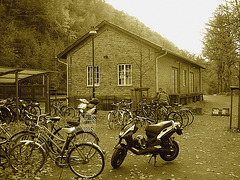 Aire de stationnement pour vélos et scooters /  Train station: Bikes and scooters parking  - Båstad,  Sweden / Suède.  - 20-10-08  - Sepia