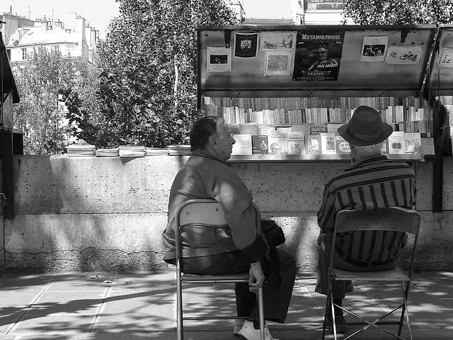 Paris. Bouquinistes bavardant.
