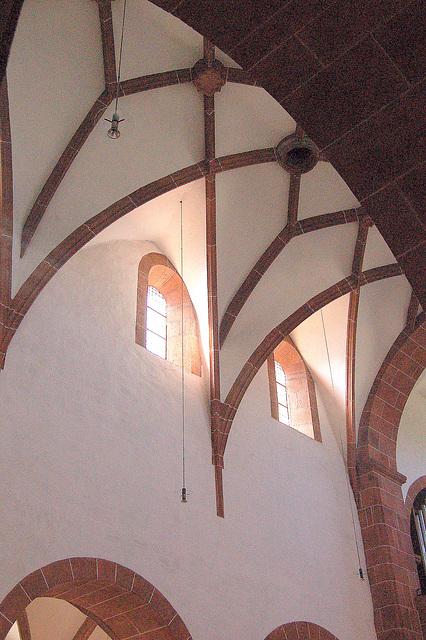 Altaj fenestroj en katolika preĝejo en Wechselburg,Mulde-valo, Germanio