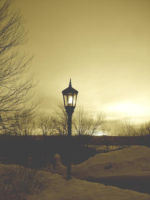 Soleil levant sur l'abbaye de St-Benoit-du-lac - Québec. Canada - 7 février 2009 - Sepia