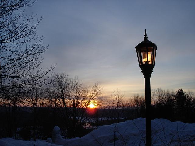 Soleil levant sur l'abbaye de St-Benoit-du-lac - Québec. Canada - 7 février 2009 - Originale