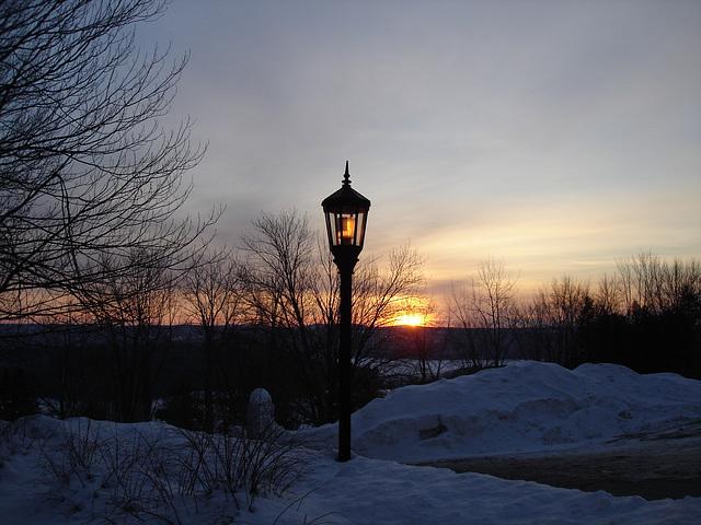 Soleil levant sur l'abbaye de St-Benoit-du-lac - Québec. Canada - 7 février 2009 - Photo originale