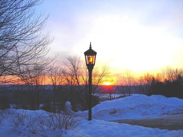 Soleil levant sur l'abbaye de St-Benoit-du-lac - Québec. Canada - 7 février 2009 -  Éclaircie et couleurs ravivées