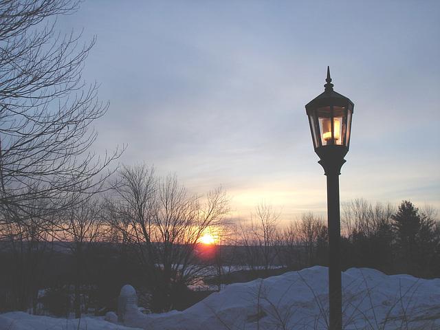 Soleil levant sur l'abbaye de St-Benoit-du-lac - Québec. Canada - 7 février 2009