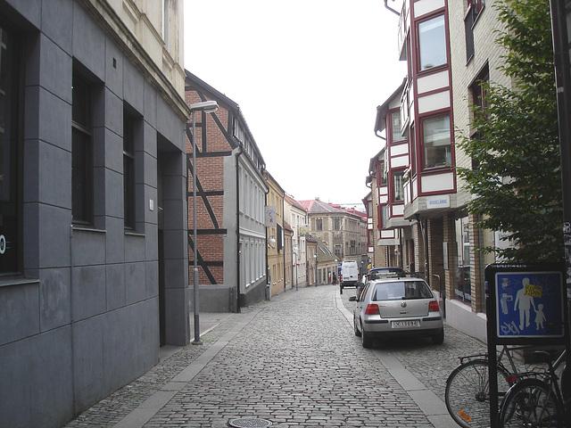 Vue apaisante sur ruelle étroite / Varubelaning narrow street eyesight - Helsinborg / Suède - Sweden.  22 octobre 2008