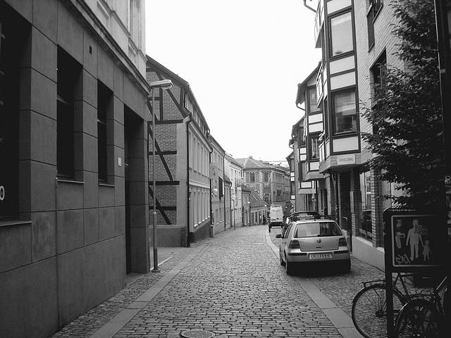 Vue apaisante sur ruelle étroite / Varubelaning narrow street eyesight - Helsinborg / Suède - Sweden.  22 octobre 2008 -  N & B