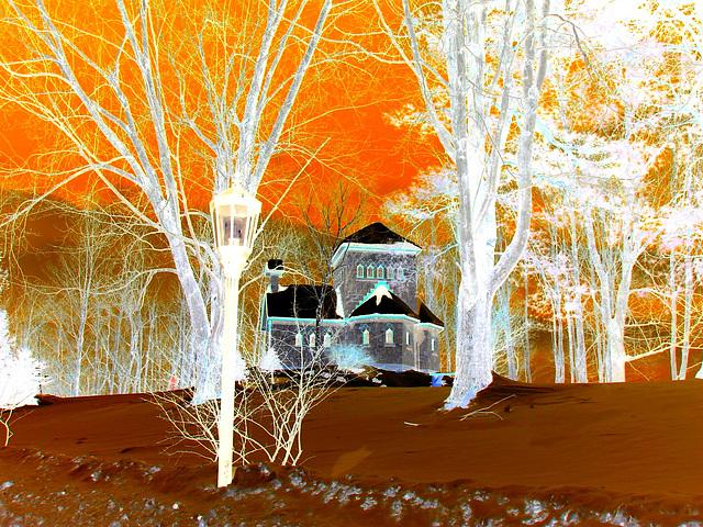 Tour St-Benoit - En face de l'abbaye /  6-02-2009 - Effet de négatif + couleurs ravivées.