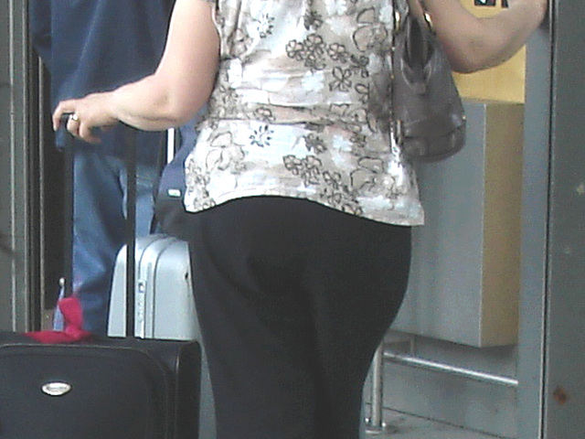 ATM chubby Lady in low chunky heeled shoes /  Charmante Dame dodue au guichet automatique -  Copenhagen airport - 20-10-2008