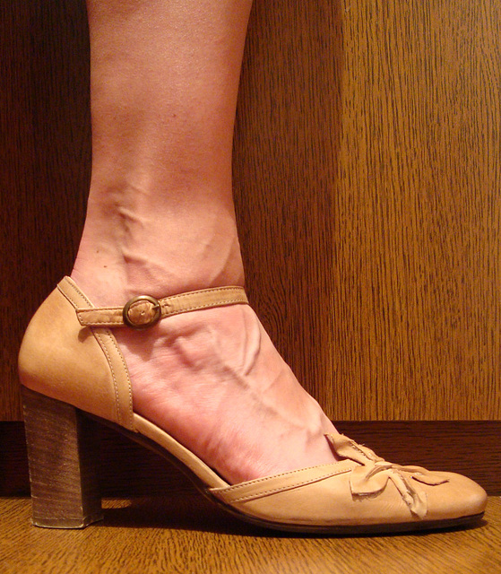 Une fille / A girl -  Cadeau talons hauts d'une amie Ipernity  /  High heels gift from an Ipernity friend - Version originale