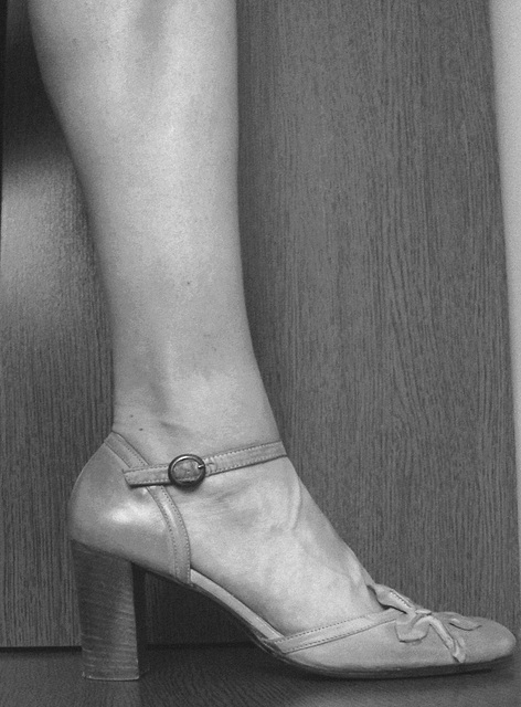 Une fille / A girl -  Cadeau talons hauts d'une amie Ipernity  /  High heels gift from an Ipernity friend  - N & B