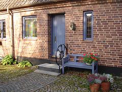 Porte et fenêtres avec un beau banc tout en fleurs /  Door-windows and flowery bench wonder