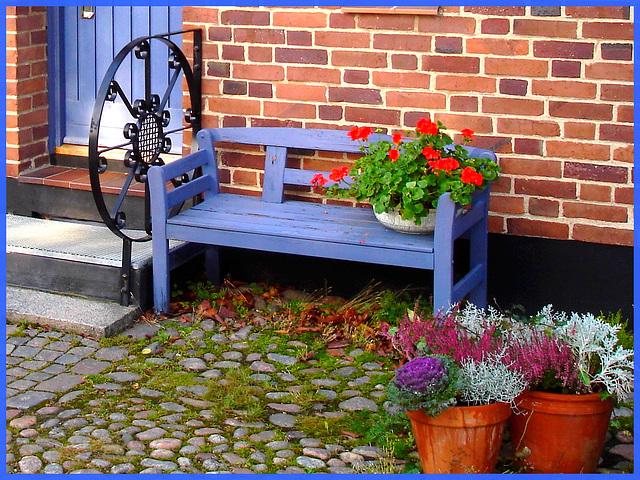 Porte et fenêtres avec un beau banc tout en fleurs / Door-windows and flowery bench wonder.