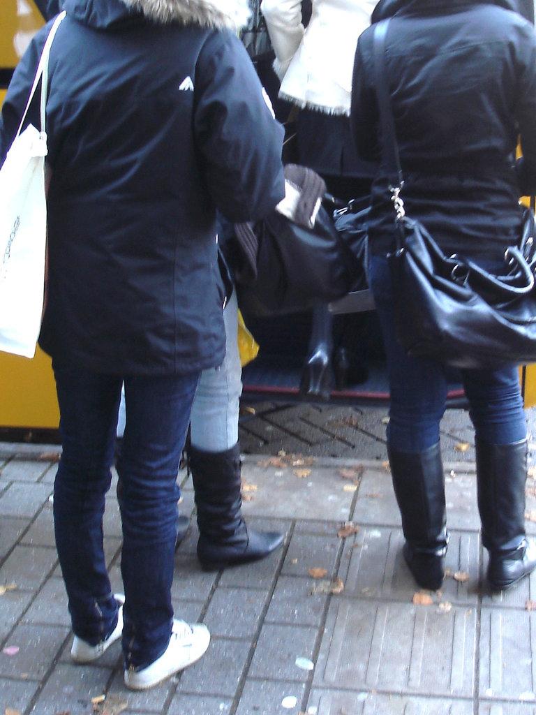 Bus 6734 boarding - Embarquement dans le bus 6734  /  Ängelholm - Suède / Sweden  .  23 octobre 2008 -  Anonymement  vôtre !  Anonymously yours !