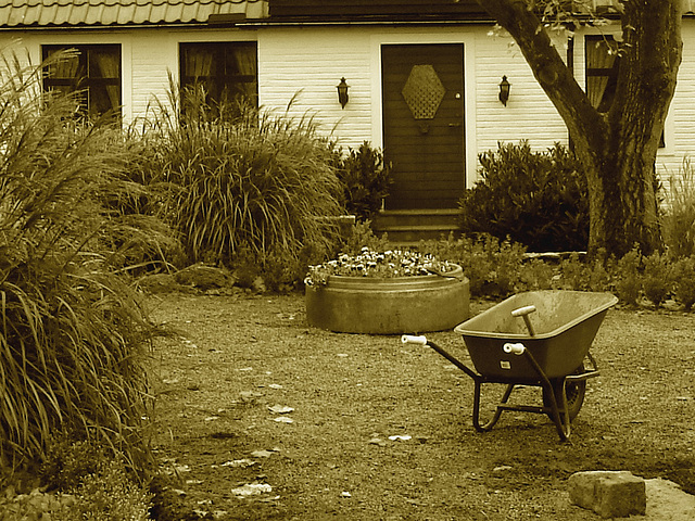 Brouette et maison coquette / Wheelbarrow and cute swedish house - Båstad /  Sweden  - Suède.  21-10-2008 - Sepia