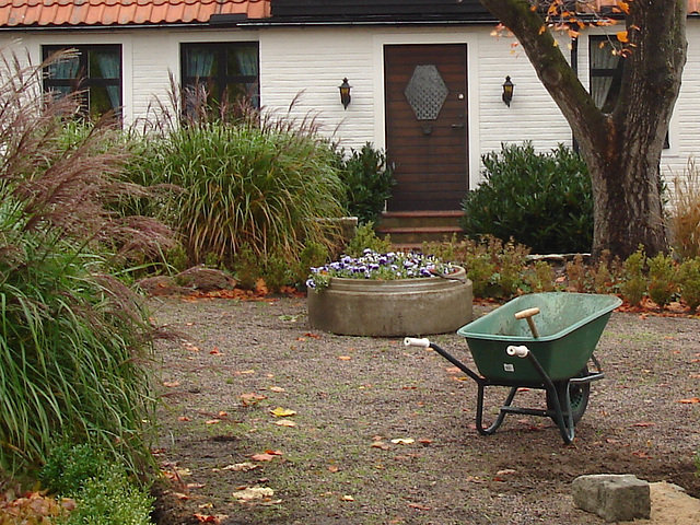Brouette et maison coquette / Wheelbarrow and cute swedish house - Båstad /  Sweden  - Suède.  21-10-2008