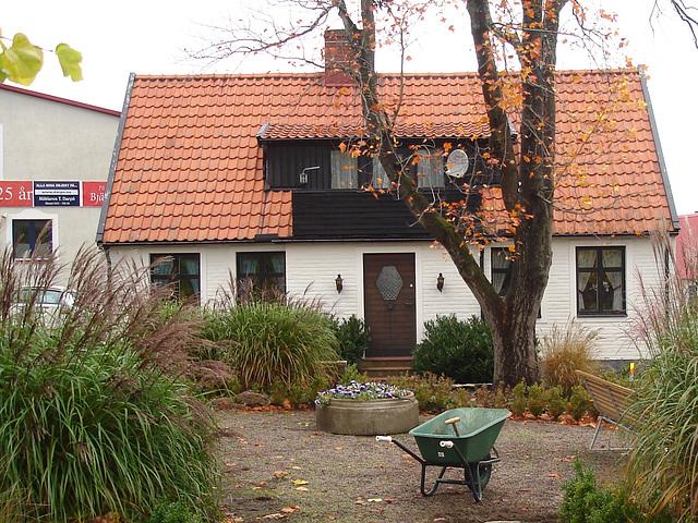 Brouette et maison coquette / Wheelbarrow and cute swedish house - Båstad /  Sweden  - Suède.  21-10-2008