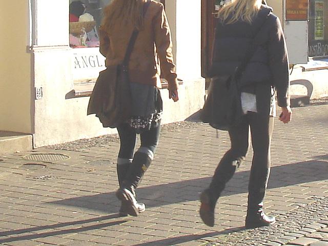 Duo de suédoises en bottes style SS /  Ängla Garn Swedish duo in SS Boots style -  Ängelholm / Suède - Sweden.  23 octobre 2008 - Anonymes /  Anonymous