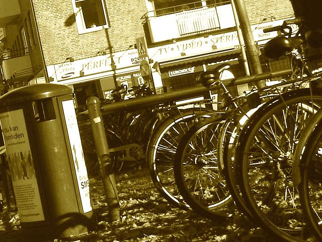 Sony infinity perfekt corner /  Le coin du vélo infini à la suédoise  -  Ängelholm / Suède - Sweden.  23 octobre 2008- Sepia