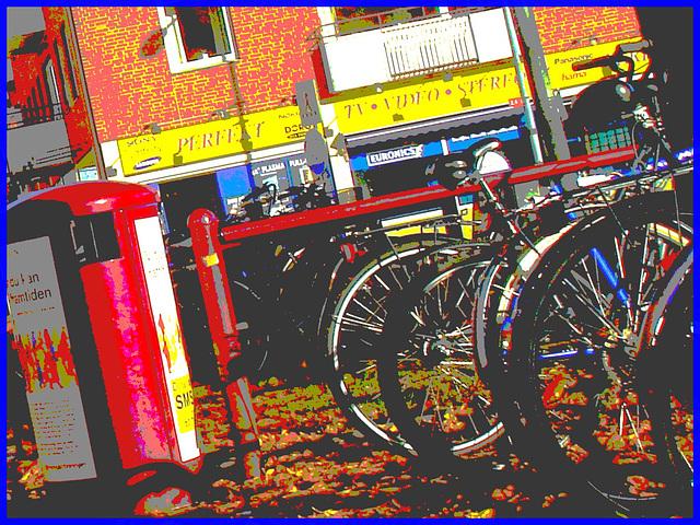 Sony infinity perfekt corner /  Le coin du vélo infini à la suédoise  -  Ängelholm / Suède - Sweden.  23 octobre 2008- Postérisée avec couleurs ravivées