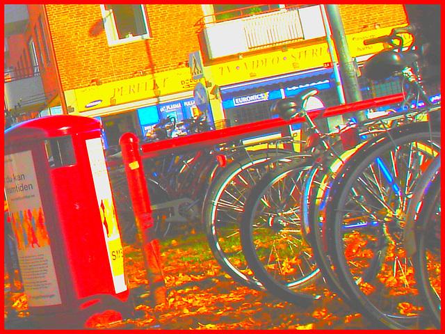 Sony infinity perfekt corner /  Le coin du vélo infini à la suédoise  -  Ängelholm / Suède - Sweden.  23 octobre 2008- Couleurs ravivées