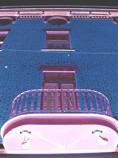 Architecture ancienne sur la rue principale /  Main street old architecture -   Dans ma ville - Hometown.  3 février 2009- Négatif + effet de nuit