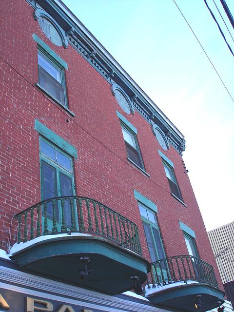 Architecture ancienne sur la rue principale /  Main street old architecture -   Dans ma ville - Hometown.  3 février 2009