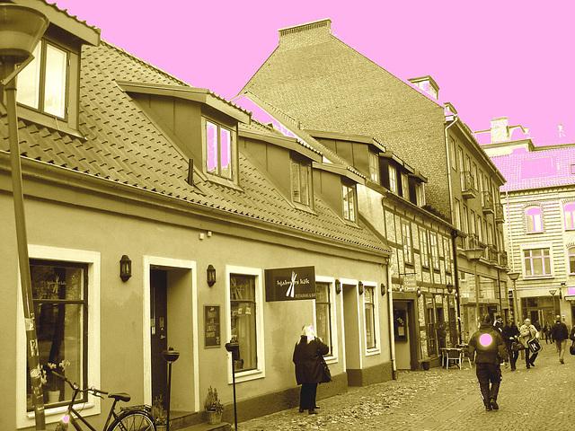 Midi !  L'heure de la perspective de ruelle suédoise  /  Noon time by the perspective scenery - Helsingborg - Suède / sweden.  22 octobre 2008- Sepia et ciel rosé / Sepia & pink sky