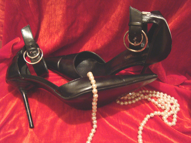 Une fille.....A girl.......Collier et talons hauts !    Necklace and high heels !   With /avec permission.
