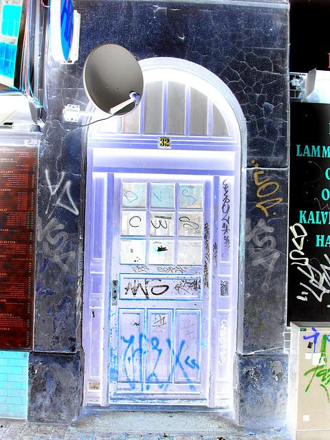 Door number 32 & Graffitis /  Porte numéro 32 et graffitis -  Copenhague.  20-10-2008 - Effet de négatif et couleurs ravivées