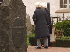 Duo de Dames aux cheveux immaculés / Ultra mature duo - Cimetière et église de Båstad's cemetery & church - Sweden / Suède