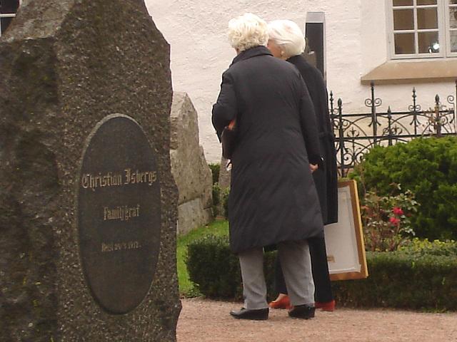 Duo de Dames aux cheveux immaculés / Ultra mature duo - Cimetière et église de Båstad's cemetery & church - Sweden / Suède - October 21th 2008