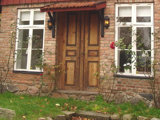 Porte et fenêtres à la façon suédoise /  Door and windows enjoyable view.  Båstad  /  Suède - Sweden.  Octobre 2008