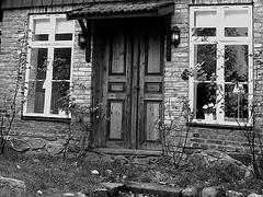 Porte et fenêtres à la façon suédoise /  Door and windows enjoyable view.  Båstad  /  Suède - Sweden.  Octobre 2008  - N & B