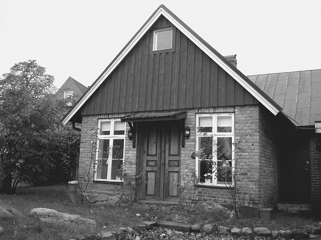 Porte et fenêtres à la façon suédoise /  Door and windows enjoyable view.  Båstad  /  Suède - Sweden.  Octobre 2008 -  N & B.