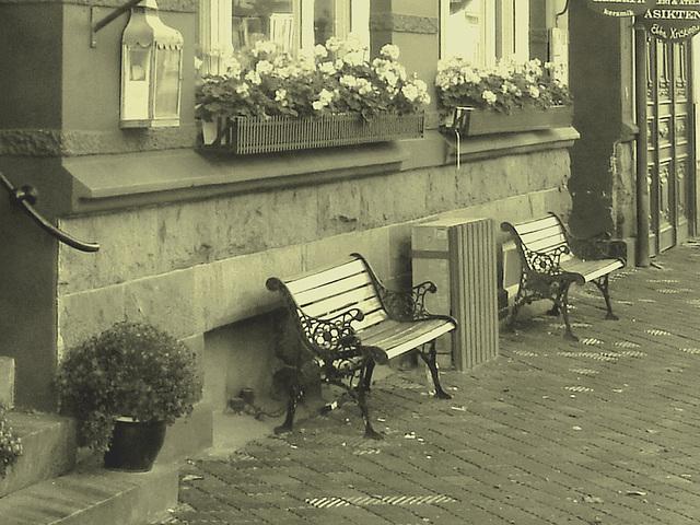 Lilton hotel façade / Ängelholm - Suède / Sweden - 23 octobre 2008  Lilton twin benches / Bancs jumeaux  - Vintage